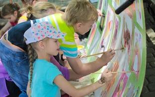 Jelgavas pilsētas svētkos norisinājās lielformāta gleznas gleznošana