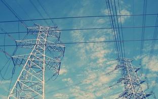 Elektrības cenu mazturīgajiem un daudzbērnu ģimenēm pēc tirgus atvēršanas plānots saglabāt starta tarifa līmenī