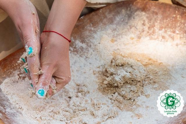 Ideja Jāņu svinībām: uz akmens cepta maize