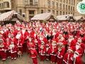 Ziemassvētku vecīšu labdarības skrējiena dalībnieki ziedos, lai bērni staigātu