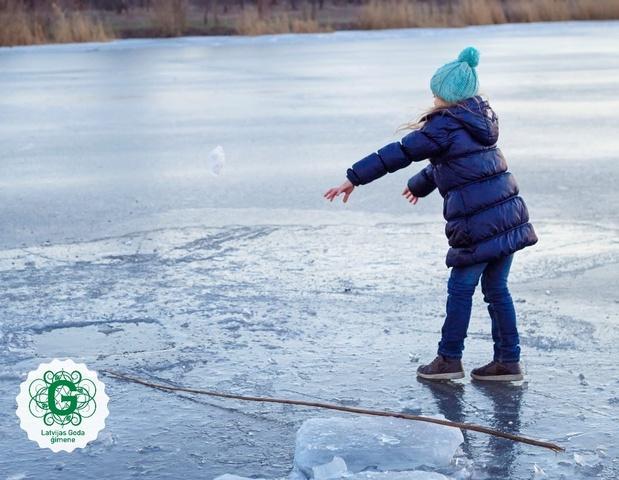 Izstāsti bērnam, kāpēc nekāpt uz ledus un ko darīt, ja gadās ielūzt