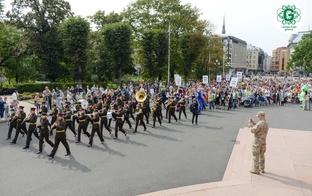 Tēva dienas svētku gājienā Rīgā pulcējās tūkstošiem cilvēku no visas Latvijas