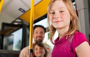 Vai daudzbērnu ģimenēm Rīgā ir bezmaksas transports?