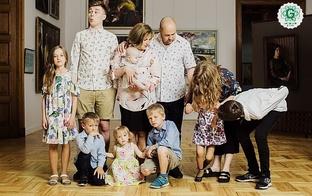 """""""Mums ir 10 bērni. Un to nenožēlojam"""" Intervija ar daudzbērnu ģimenes mammu Baibu un tēti Māri"""