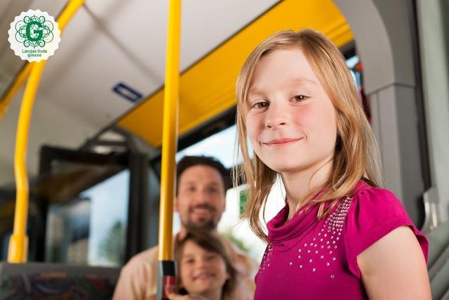 Lai saņemtu atlaidi, braucot sabiedriskajā transportā, katram daudzbērnu ģimenes loceklim jāuzrāda personalizēta 3+ Ģimenes karte