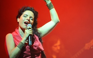 Māmiņu Klubs aicina uz vokālās dievietes Peruquois koncertu RĪT