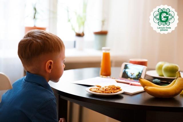 Kā atradināt bērnu no mobilo ierīču lietošanas ēšanas laikā