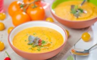 Pagatavo dzelteno tomātu auksto zupu