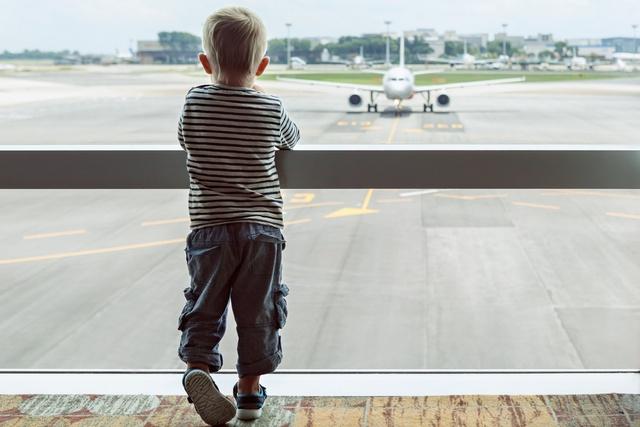 """Lidostā """"Rīga"""" bērnus, kas ceļo bez pieaugušo pavadības varēs pavadīt līdz pat izlidošanas sektoram"""
