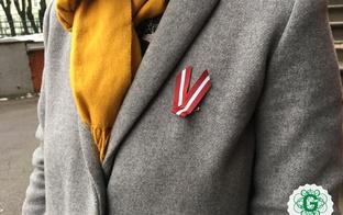 Pamācība Latvijas karodziņa piespraušanai pie apģērba