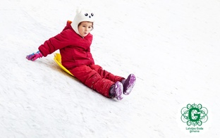 Vizinoties ar ragavām un pūšļiem, bērni gūst galvas traumas