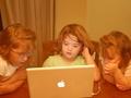 Tikai 19% daudzbērnu ģimeņu dators ir katram ģimenes loceklim, liecina aptauja