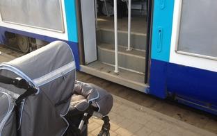 Sabiedriskais transports un bērnu ratiņi.