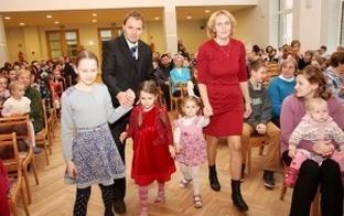 Piecām Jelgavas daudzbērnu ģimenēm Latvijas Bērnu fonds pasniedz stipendiju