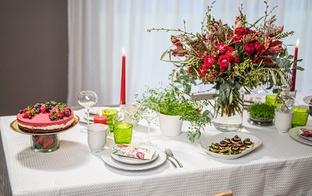 Baltā galdauta svētku galdam viegli pagatavojamas uzkodas un kūka
